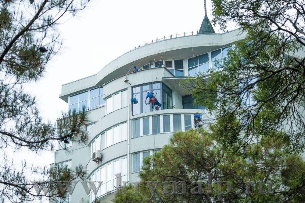 Мойка окон альпинистами